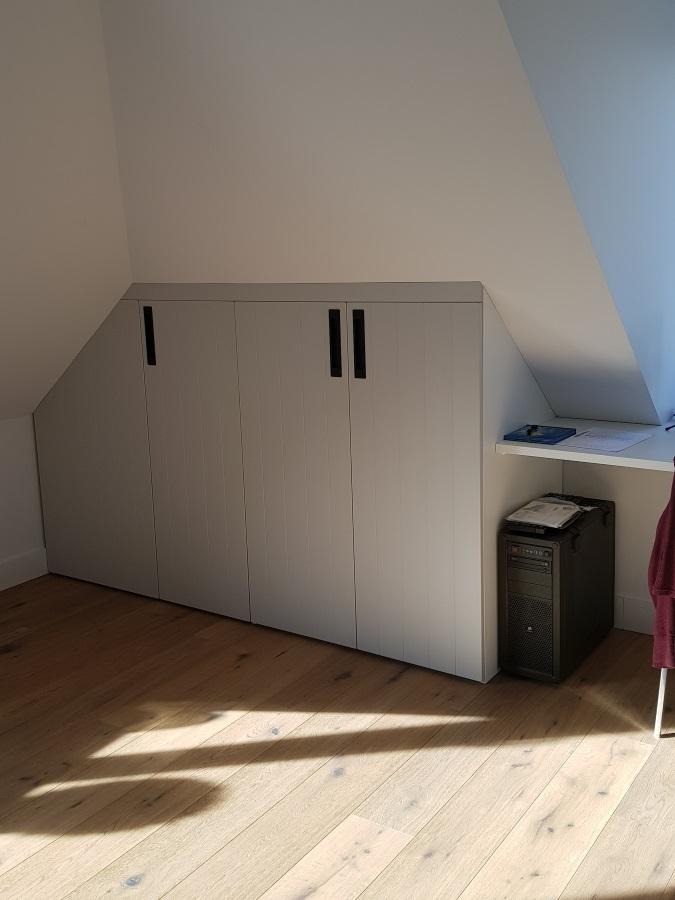 Draaideurkastje met folie deuren onder schuin dak